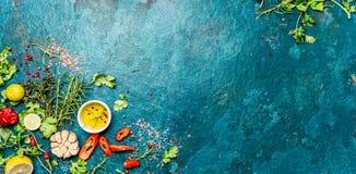 Val av kryddaörter och gräsplaner Ingredienser för matlagning Matbakgrund på turquioise kritiserar bakgrund Top beskådar arkivbild