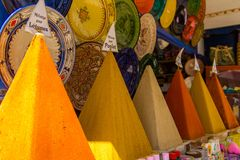 Val av kryddor på en traditionell marockansk marknad royaltyfria foton