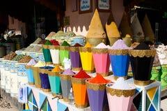 Val av kryddor på en traditionell marockansk marknadssouk i Marrakech, Marocko royaltyfria bilder