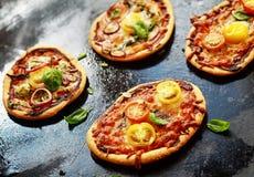 Val av mini- italienska vegetariska pizza Arkivbilder