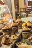 Val av mycket färgrika marockanska tajines (traditionell cassero Royaltyfria Foton
