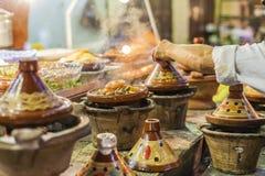 Val av mycket färgrika marockanska tajines (traditionell cassero Arkivbild