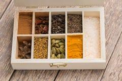 Val av olika färgglade kryddor på ett trä Arkivfoto