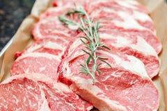 Val av olika snitt av nytt rått mörkt kött i en supermarket Royaltyfria Bilder