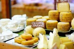 Val av ostar på typisk italiensk bondemarknad Arkivfoton