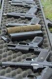 Val av pistolskjutvapen på målövningsområdet royaltyfria bilder