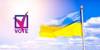 Val av presidenten av Ukraina röstning Symbolet av valet politik demokrati Ukrainsk flagga mot en blå molnig himmel arkivbild