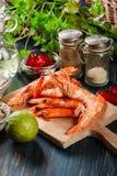 Val av räka som är klart för att steka med löken, vitlök, chili och limefrukt på skärbräda royaltyfria bilder