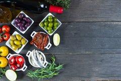 Val av spanska tapas med rött vin Royaltyfri Fotografi