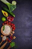 Val av sund mat Matbakgrund: quinoa, granatäpple, limefrukt, gröna ärtor, bär, avokado, muttrar och olivolja royaltyfria foton