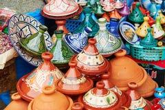 Val av traditionella tajines på marockansk marknad Royaltyfri Bild