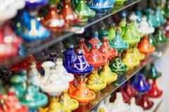 Val av traditionella tajines på marockansk marknad Arkivfoto