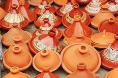 Val av traditionella tajines på marockansk marknad Royaltyfri Foto