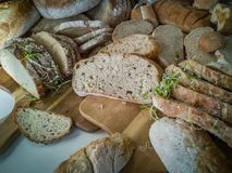 Val av vresiga skivade bröd på träskärbräda royaltyfria foton