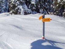 Val Blenio. Wegweiser auf dem Weg im Schnee Lizenzfreie Stockfotos
