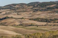 VAL D ` ORCIA, TUSCANY-ITALY, 2016年10月30日:与绵延山和谷的风景托斯卡纳风景在秋天 免版税图库摄影