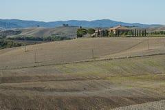 VAL D ` ORCIA, TUSCANY-ITALY, 2017年10月30日:风景托斯卡纳风景经典看法与著名农舍的在田园诗小山中 免版税库存图片