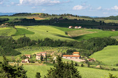 VAL D'ORCIA, TUSCANY/ITALY - 5月17日:农场在Val d'Orcia托斯卡纳 免版税库存照片