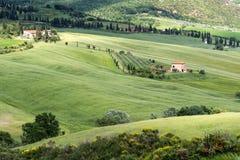VAL D'ORCIA, TUSCANY/ITALY - 5月17日:农场在Val d'Orcia托斯卡纳 免版税库存图片