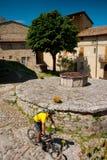 Val d& x27 Orcia, Σιένα, Τοσκάνη, Ιταλία - εξόρμηση στο ποδήλατο βουνών Στοκ Φωτογραφία