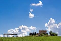 VAL D'ORCIA, TUSCANY/ITALY - 19 ΜΑΐΟΥ: Καλλιεργήσιμο έδαφος στο d'Orcia TU Val Στοκ Εικόνες