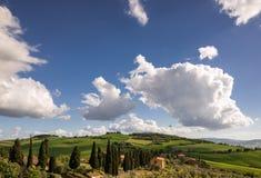 VAL D'ORCIA, TUSCANY/ITALY - 19 DE MAYO: Tierras de labrantío en el d'Orcia Tu de Val Fotos de archivo libres de regalías