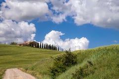 VAL D'ORCIA, TUSCANY/ITALY - 19. MAI: Ackerland in Val-d'Orcia Tu Stockbild
