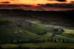 VAL D'ORCIA, TUSCANY/ITALY - 18. MAI: Sonnenaufgang Val-d'Orcia in Tus Lizenzfreie Stockfotos
