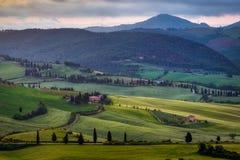 VAL D'ORCIA, TUSCANY/ITALY - MAJ 18: Sikt av den Val d'Orciaen i Tus Arkivfoton