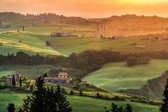 VAL D'ORCIA, TUSCANY/ITALY - MAJ 21: Ziemia uprawna w Val d'Orcia Tu Obrazy Royalty Free