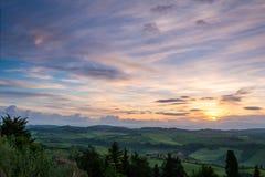 VAL D'ORCIA, TUSCANY/ITALY - MAJ 21: Ziemia uprawna w Val d'Orcia Tu Zdjęcie Stock