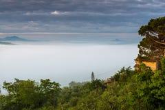 VAL D'ORCIA, TUSCANY/ITALY - MAJ 22: Ziemia uprawna w Val d'Orcia Tu Zdjęcia Stock