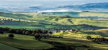 VAL D'ORCIA, TUSCANY/ITALY - MAJ 21: Ziemia uprawna w Val d'Orcia Tu Fotografia Royalty Free