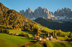Val di Funes en las dolomías Imágenes de archivo libres de regalías