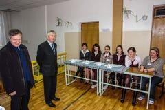 Val för skolbarn i byn av den Kaluga regionen av Ryssland Arkivbilder