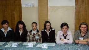Val för skolbarn i byn av den Kaluga regionen av Ryssland Royaltyfri Fotografi