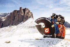 Val Gardena Statue com as montanhas de Passo Gardena no backgroun foto de stock