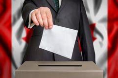 Val i Kanada - röstning på valurnan Arkivfoton