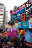 Val?ncia, Espanha - 16 de junho de 2018: Uma menina com as asas da borboleta nela que olha para tr?s os flutuadores do dia do org imagem de stock royalty free