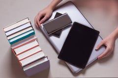 val och f?rdelar mellan anteckningsb?cker, b?cker, telefoner, royaltyfria foton