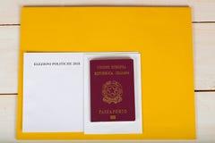 Val- packe för italienska invånare utomlands, italienskt pass Royaltyfria Foton