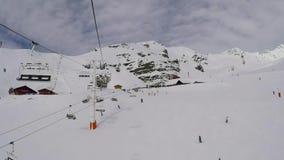 Val Thorens, Francia-marzo 22,2018: La elevación de silla sube al top de la montaña almacen de video
