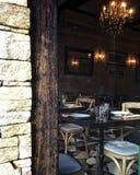 Val till och med fönster på den hemtrevliga restauranginre royaltyfri foto