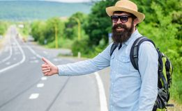 Val upp av liftare Stoppa bilen Tumme för bil för manförsökstopp upp Lifta en av mest billig resa för vägar hitchhikers Arkivbilder