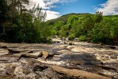 Val van Dochart-rivier en berg achtergrondlandschap bij stad van Killin, centraal Schotland royalty-vrije stock foto