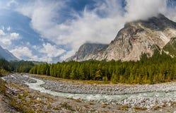 Val Veny, Italien - die Berge und der Fluss Lizenzfreie Stockfotografie