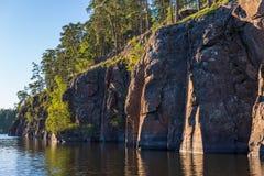 Valaam海岛的岩石海岸  免版税库存图片