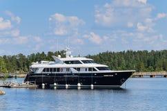 Valaam-Insel, Karelien, Russland -17 07 2018: Luxusyacht am Pier an einem sonnigen Tag Die Yacht stockbild