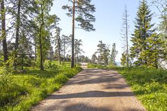 Valaamarchipel Monastyrskyeiland, de weg aan de Kapel van Alle Valaam-Heiligen stock foto