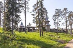 Valaamarchipel Monastyrskyeiland, de weg aan de Kapel van Alle Valaam-Heiligen stock foto's